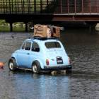 Première à l'eau, la Fiat chargée pour un bon départ en vacances